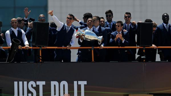 Los jugadores viajan en el autobús hacia el palacio presidencial (AP)