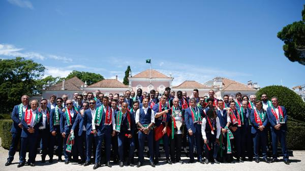 El conjunto dirigido por Fernando Santos en el palacio presidencial (EFE)