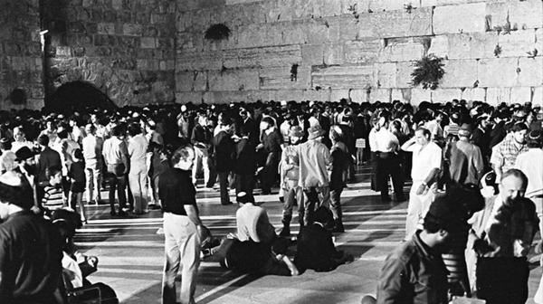 La mezquita fue erigida en el lugar en el que la tradición judía ubica los dos templos bíblicos, el de Salomón y el de Herodes.