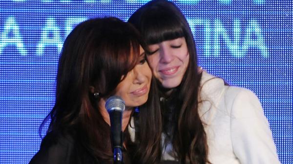 Cristina Kirchner y su hija Florencia están bajo la lupa de la Justicia por la causa Hotesur y Los Sauces. Los bienes fueron inhibidos. (NA)