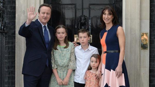 David Cameron se despidió del Gobierno junto a su familia (AFP)