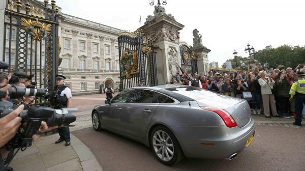 El auto oficial de Cameron ingresa al Palacio de Buckingham (Reuters)