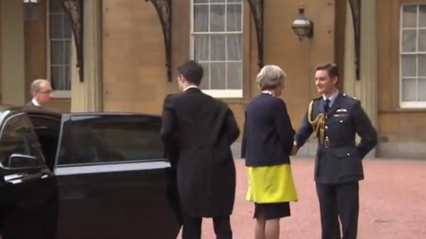 Theresa May en su llegada a Buckingham