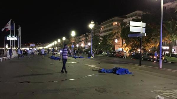 Los cuerpos permanecían en las calles mientras las autoridades rodeaban el perímetro