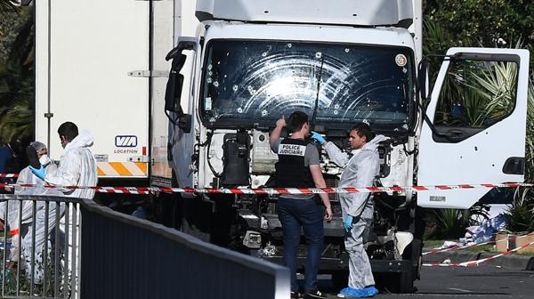 Terrorismo en el Mundo ?op=resize&url=https%3a%2f%2fs3.amazonaws.com%2farc-wordpress-client-uploads%2finfobae-wp%2fwp-content%2fuploads%2f2016%2f07%2f15085804%2fatentado-camion-Francia-Niza-1920-2-1024x575