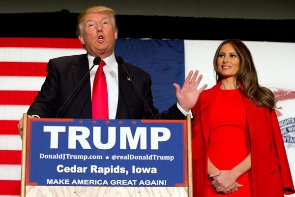 El ascendente Donald Trump junto a su mujer eslovena Melania Knauss en Iowa. (AP)