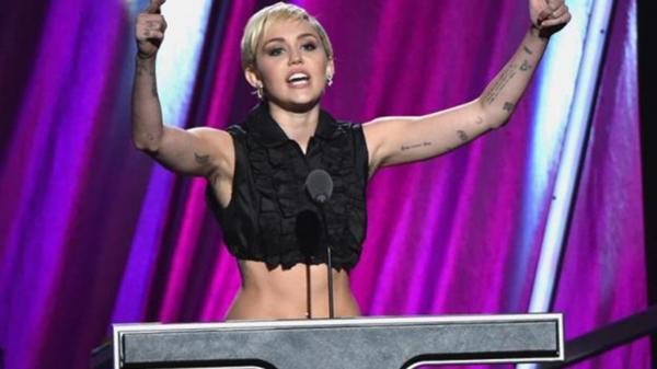 Miley Cirus al natural durante la gala del Salón de la Fama del Rock, en Ohio. Se dejó ver un evidente crecimiento de vello en sus axilas (Shutterstock)