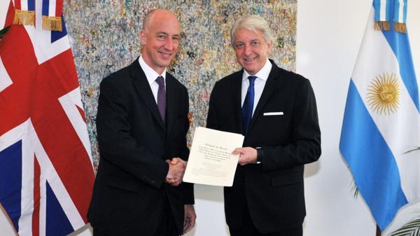Carlos Foradori junto al embajador Mark Kent