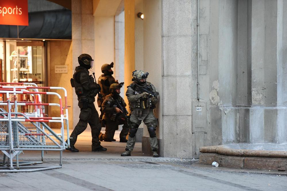 Terrorismo en el Mundo - Página 2 ?op=resize&url=https%3a%2f%2fs3.amazonaws.com%2farc-wordpress-client-uploads%2finfobae-wp%2fwp-content%2fuploads%2f2016%2f07%2f22170220%2ffotos-al-100-tiroteo-munich-sf-12