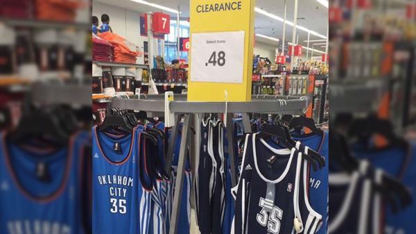 En Oklahoma regalan la camiseta de Kevin Durant