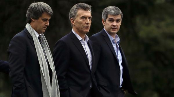 Dos de los ministros del presidente Mauricio Macri, Marcos Peña y Alfonso Prat-Gay, debieron modificar otra vez el Presupuesto 2016, ahora para poder pagar intereses de la deuda (AP)