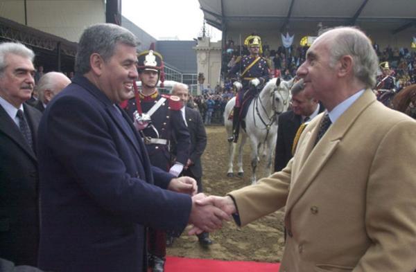 El ex presidente Fernando De la Rúa saluda a Enrique Crotto, por entonces titular de la Sociedad Rural (Cedoc)