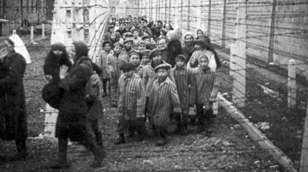 Niños prisioneros de un campo de concentración nazi