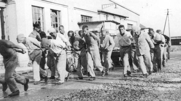 Prisioneros realizando trabajos forzados en un campo de concentración alemán