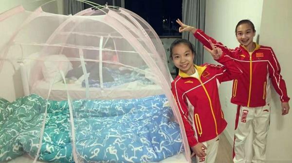 Además de los mosquiteros, el equipo chino de gimnasia siempre carga con repelentes
