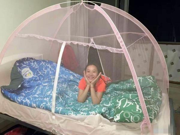 Las atletas chinas posaron dentro del mosquitero que las protegerá del zika mientras duermen