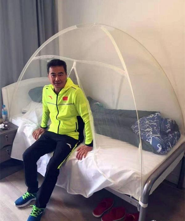 El entrenador de las gimnastas chinas también tiene su propio mosquitero