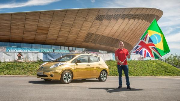 Sir Chris Hoy, máximo medallista olímpico del Reino Unido, junto a la edición especial del LEAF