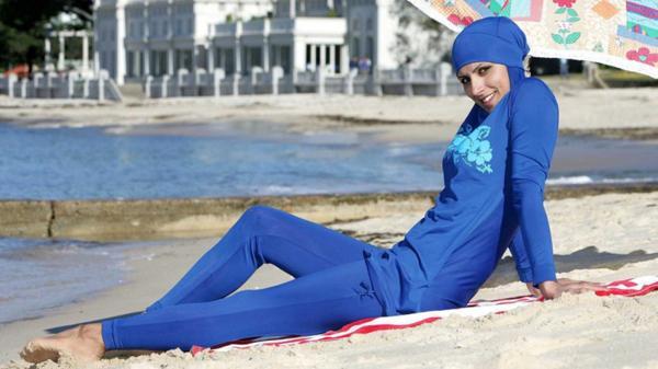 Una mujer musulmana viste elpolémico burkini