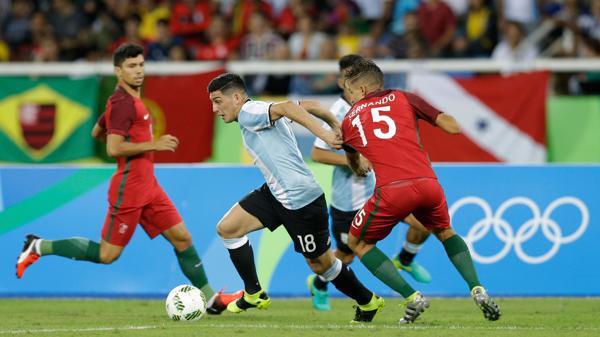 Espinoza intentó desequilibrar pero sufrió la marca asfixiante de los volantes portugueses (AP)