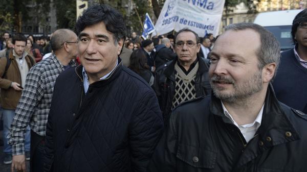 El derrotado candidato a vicepresidente del kirchnerismo, Carlos Zannini, junto al ex jefe de la AFSCA, Martín Sabbatella, estuvieron en la Plaza y luego en la sede de las Madres apoyando a Hebe de Bonafini.