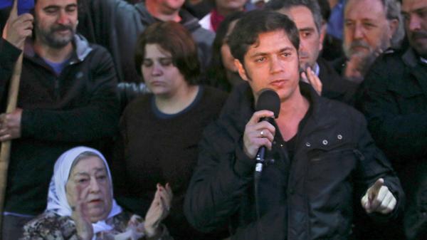 El ex ministro de Economía, Axel Kicillof, y actual diputado nacional por la ciudad de Buenos Aires, junto a Bonafini.