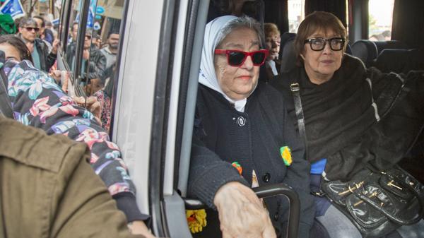 Bonafini llegó a la Plaza de Mayo para hacer la ronda en la Pirámide junto a Teresa Parodi, ex ministra de Cristina Elisabet Kirchner