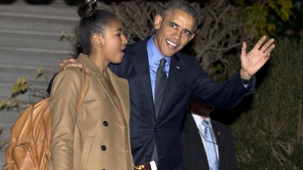 Sasha Obama y su padre, Barack Obama (AP)