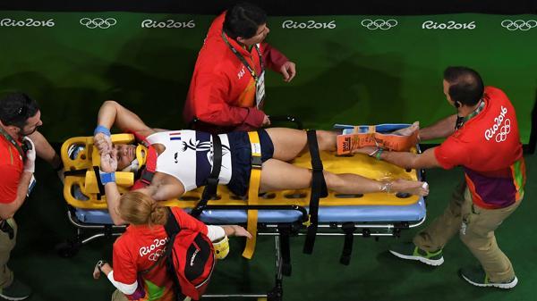 La impactante fracturadel gimnasta francés Samir Ait Said recorrió el mundo (AFP)