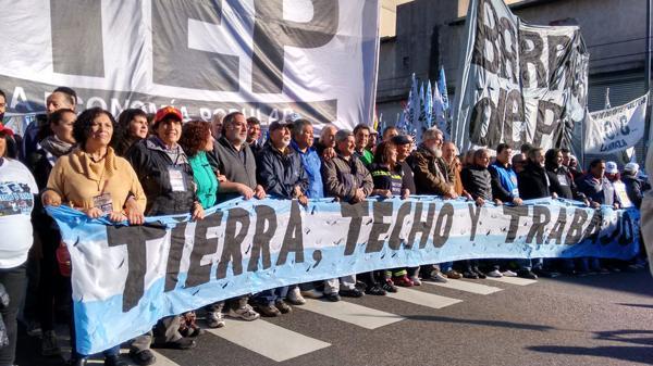 Organizaciones de izquierda y sociales marchan a Plaza de Mayo para pedir trabajo ?op=resize&url=https%3a%2f%2fs3.amazonaws.com%2farc-wordpress-client-uploads%2finfobae-wp%2fwp-content%2fuploads%2f2016%2f08%2f07132259%2fmarcha-san-cayetano-1920