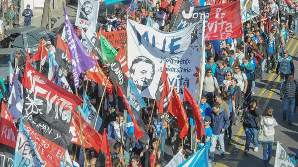 Organizaciones de izquierda y sociales marchan a Plaza de Mayo para pedir trabajo ?op=resize&url=https%3a%2f%2fs3.amazonaws.com%2farc-wordpress-client-uploads%2finfobae-wp%2fwp-content%2fuploads%2f2016%2f08%2f07162019%2fDiversas-organizaciones-marchan-a-Plaza-de-Mayo-1920-2