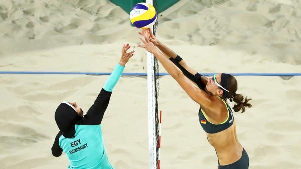 Una jugadora alemana y una egipcia disputan una pelota en la red (Reuters)