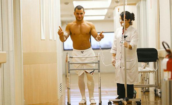 Pese a la gravedad de la lesión -fractura de tibia y peroné- el gimnasta de 26 años se mostró de muy buen humor