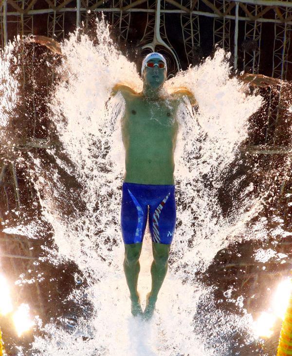 Al terminar sus estudios secundarios, Phelps decidió dedicarse de lleno a la natación. Entonces fue el único integrante del equipo norteamericano que pasó de amateur a profesional sin haber competido en torneos universitarios(AP)