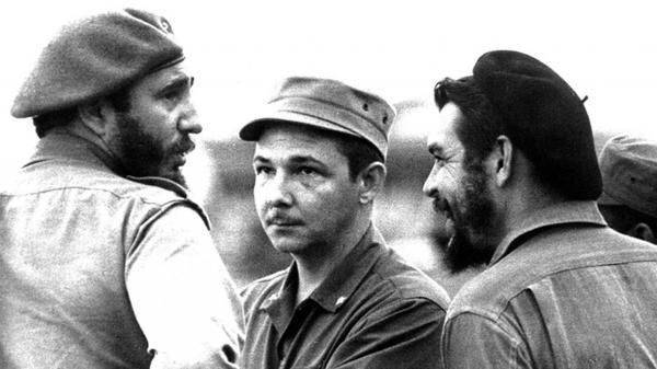 Castro, su hermano Raúl y Ernesto Guevara Lynch