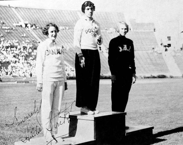El podio de los 100 metros libres de loa Angeles 1932. Por primera vez los deportistas fueron laureados frente al público (PC/AOC)
