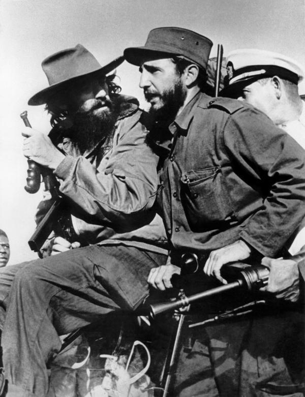 Fidel Castro junto a Camilo Cienfuegos entrando a La Habana tras derrocar al dictator Fulgencio Batista. 8 de enero de 1959 (AFP)