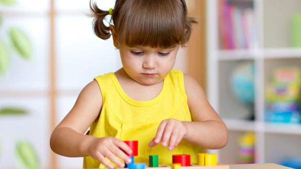 Jugar con cubos será una de sus actividades favoritas (Shutterstock)