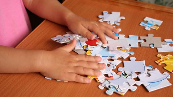 Los juegos de mesa y en grupo empezarán a surgir a partir de los 6 años (Shutterstock)