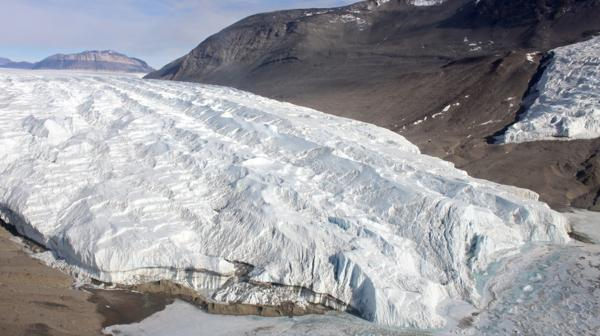 El glaciar Taylor, lugar por el que fluyen las Cataratas de Sangre
