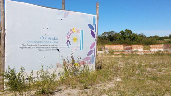 El cartel que prometía la construcción de 40 viviendas en Corrientes
