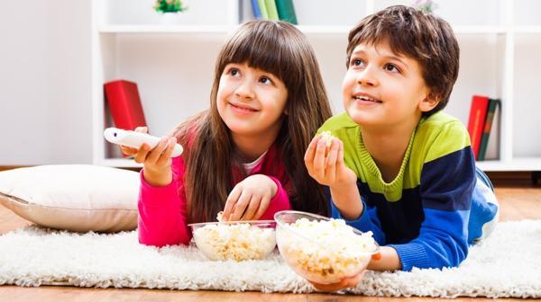 Los niños pasan varias horas al día frente a la TV bajo el estímulo de la publicidad (Shutterstock)