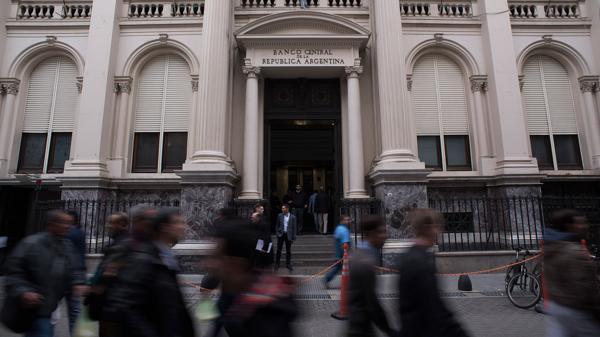 El BCRA sostuvo el precio del dólar, que cerró a $16,05 en la City (Adrián Escandar)