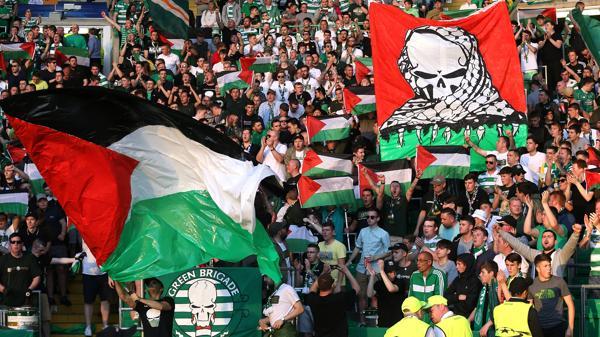 Un grupo de ultras escoceses repartió banderas antes del partido (Reuters)