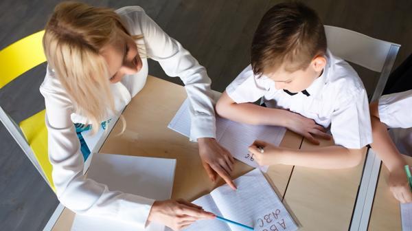 En la etapa escolar es posible apreciar pequeños detalles o signos que pueden hacer sospechar que un niño es disléxico (Shutterstock)