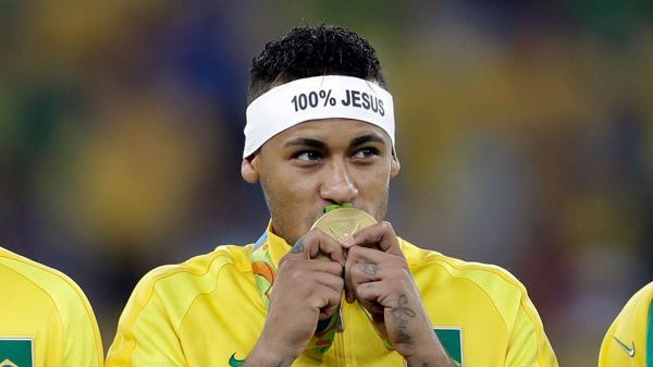 Neymar ganó la primera medalla de oroolímpicade fútbol de la historia de Brasil (AP)