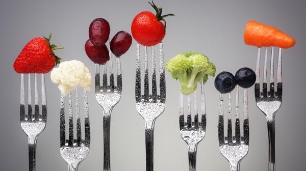 A las cuatro comidas principales se debe sumar un snackeo saludable programado (Shutterstock)