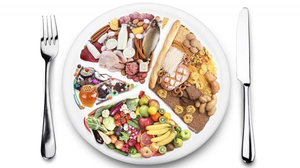 La mitad del plato debe estar ocupado por verduras, que aportan alta densidad de nutrientes con mínimo impacto calórico (Shutterstock)