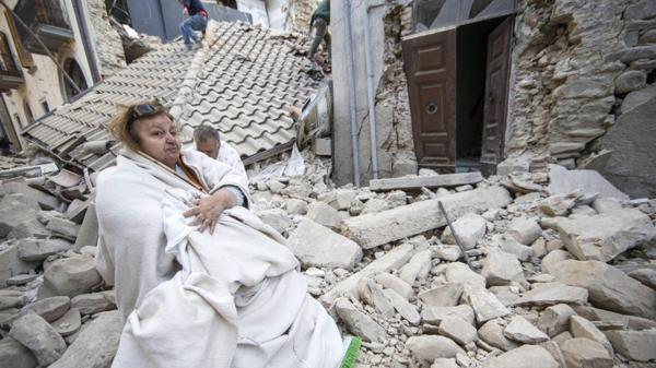 Una damnificada permanece entre los escombros de varias casas en Amatrice (EFE)
