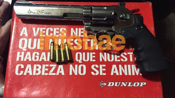 El revólver fue incautado esta mañana en uno de los 4 allanamientos realizados